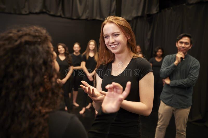 Δάσκαλος με τους άνδρες και γυναίκες σπουδαστές δράματος στο σχολείο τεχνών προς θέαση στην κατηγορία αυτοσχεδιασμού στούντιο στοκ φωτογραφία