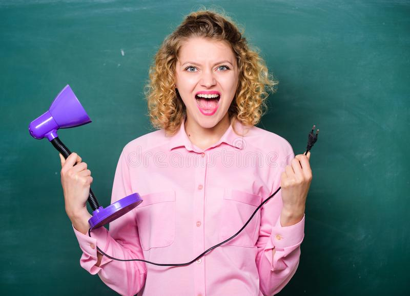 ( δάσκαλος με το λαμπτήρα στο σχολικό πίνακα Διαφωτισμός i r πίσω στοκ φωτογραφία με δικαίωμα ελεύθερης χρήσης