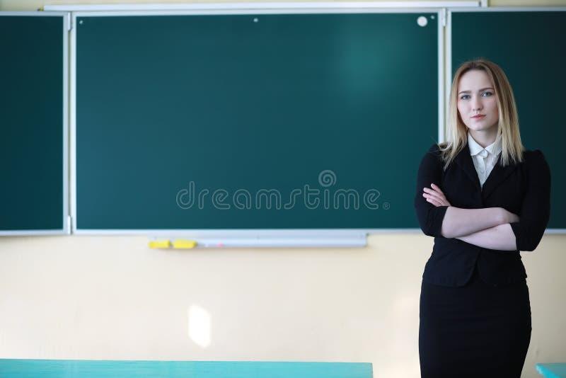Δάσκαλος νέων κοριτσιών στο δημοτικό σχολείο στοκ εικόνες