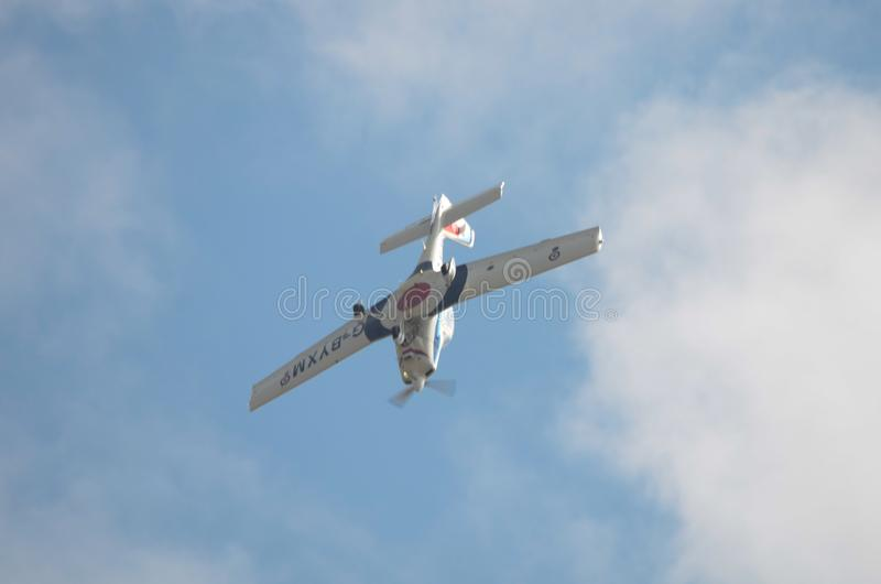 Δάσκαλος Grob, RAF αεροσκάφη κατάρτισης που αναστρέφονται στο βρόχο ακροβατικών στοκ φωτογραφίες