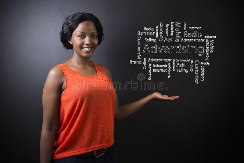Δάσκαλος ή σπουδαστής γυναικών Νοτιοαφρικανού ή αφροαμερικάνων ενάντια στο διάγραμμα διαφήμισης υποβάθρου πινάκων στοκ εικόνες