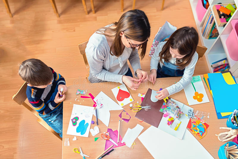 Δάσκαλος και παιδιά που έχουν τη διασκέδαση και το δημιουργικό χρόνο από κοινού στοκ φωτογραφία με δικαίωμα ελεύθερης χρήσης