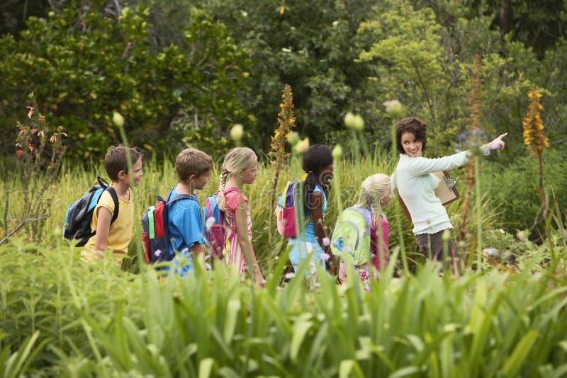 Δάσκαλος με τα παιδιά στο ταξίδι τομέων στοκ φωτογραφίες με δικαίωμα ελεύθερης χρήσης