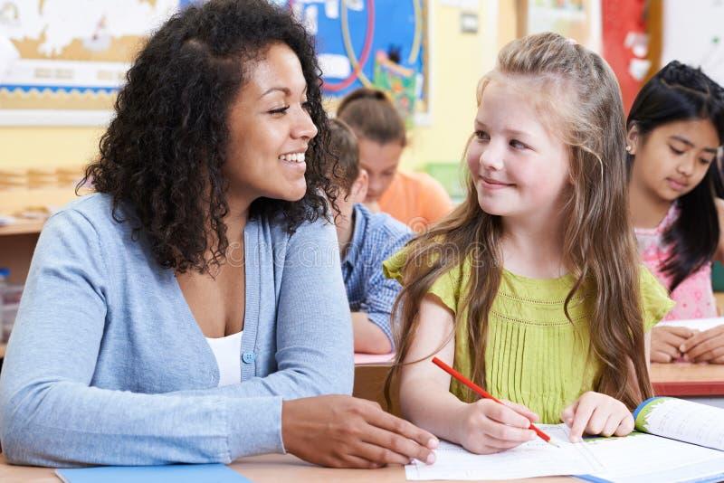 Δάσκαλος με το θηλυκό μαθητή δημοτικού σχολείου στην κατηγορία στοκ φωτογραφία με δικαίωμα ελεύθερης χρήσης