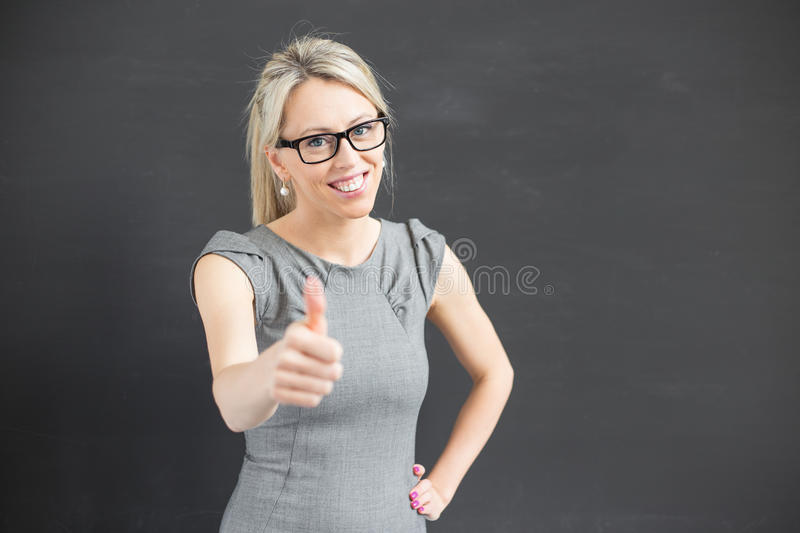 Δάσκαλος που παρουσιάζει αντίχειρα στοκ φωτογραφίες