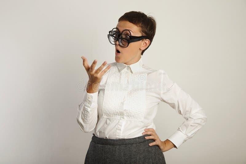 Δάσκαλος στην άσπρη μπλούζα με 3 ζευγάρια των γυαλιών στοκ εικόνα