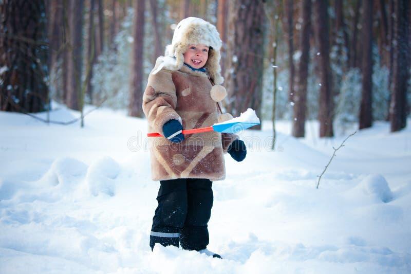 δάσος αγοριών λίγος χειμώνας πορτρέτου στοκ εικόνες