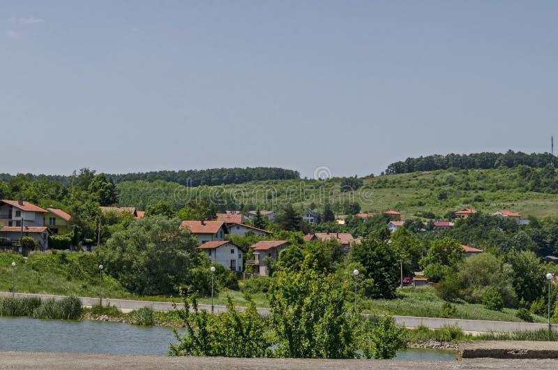 Δάσος, ξέφωτο, κάλαμος ή βιασύνη και σπίτι άνοιξης πράσινο σε μια λίμνη ομορφιάς στην κατοικημένη περιοχή Marchaevo, Sofia στοκ εικόνες