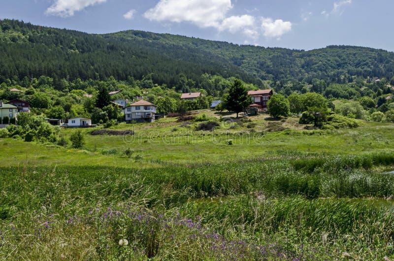 Δάσος, ξέφωτο, κάλαμος ή βιασύνη και σπίτι άνοιξης πράσινο σε μια λίμνη ομορφιάς στην κατοικημένη περιοχή Marchaevo, Sofia στοκ εικόνες με δικαίωμα ελεύθερης χρήσης