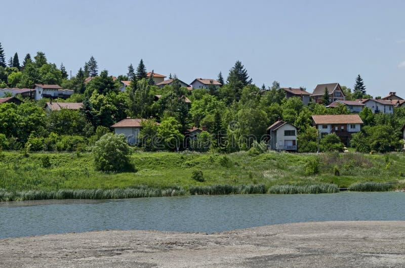 Δάσος, ξέφωτο, κάλαμος ή βιασύνη και σπίτι άνοιξης πράσινο σε μια λίμνη ομορφιάς στην κατοικημένη περιοχή Marchaevo, Sofia στοκ εικόνα με δικαίωμα ελεύθερης χρήσης