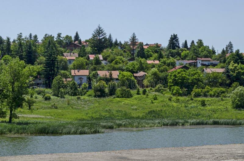 Δάσος, ξέφωτο, κάλαμος ή βιασύνη και σπίτι άνοιξης πράσινο σε μια λίμνη ομορφιάς στην κατοικημένη περιοχή Marchaevo, Sofia στοκ φωτογραφία με δικαίωμα ελεύθερης χρήσης