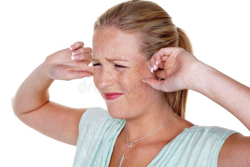 Δάχτυλα εκμετάλλευσης γυναικών στα αυτιά τους στοκ εικόνες