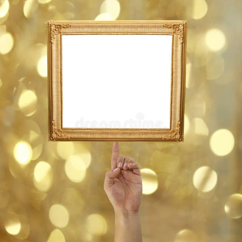 δάχτυλο ενός επιχειρηματία που δείχνει ένα χρυσό πλαίσιο εικόνων στο BO στοκ εικόνες