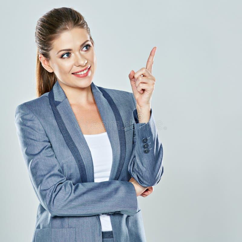 Δάχτυλο επιχειρησιακών γυναικών που δείχνει επάνω Απομονωμένο στούντιο πορτρέτο στοκ εικόνα με δικαίωμα ελεύθερης χρήσης
