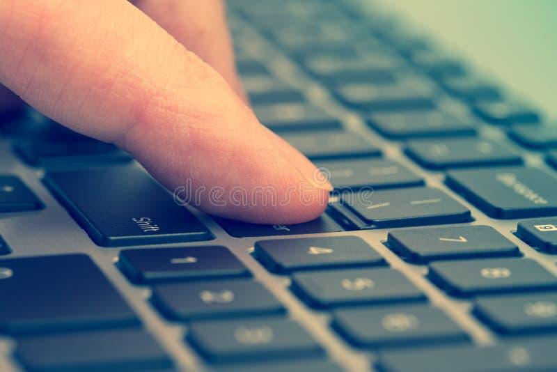 Δάχτυλο που πιέζει στο πληκτρολόγιο υπολογιστών στοκ εικόνα με δικαίωμα ελεύθερης χρήσης