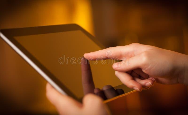Δάχτυλο που δείχνει στο PC ταμπλετών με το κενό διάστημα στοκ εικόνες με δικαίωμα ελεύθερης χρήσης
