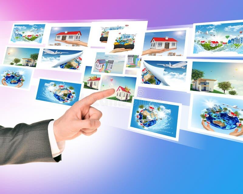 Δάχτυλο Businessmans σχετικά με τις ολογραφικές εικόνες στοκ φωτογραφία με δικαίωμα ελεύθερης χρήσης
