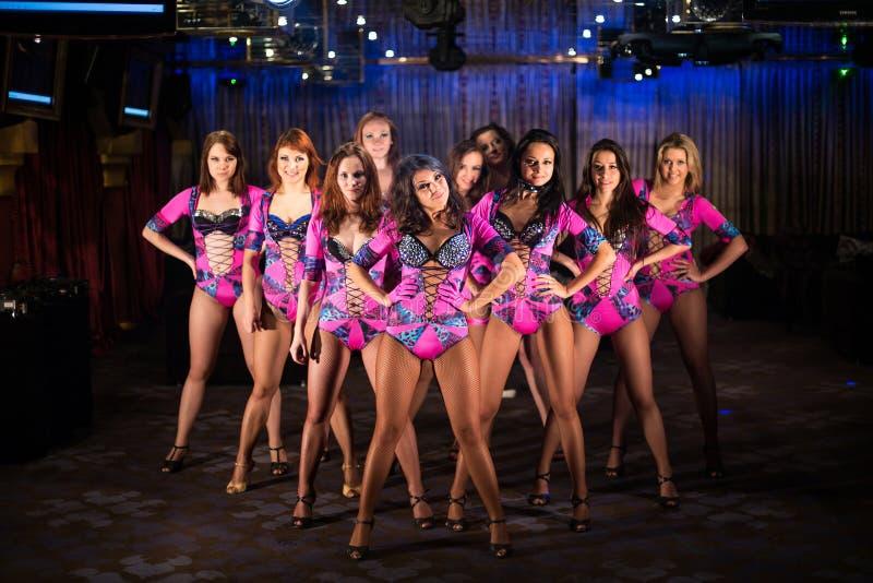 Δέκα όμορφα showgirls στην πορφυρή τοποθέτηση κοστουμιών στοκ εικόνα