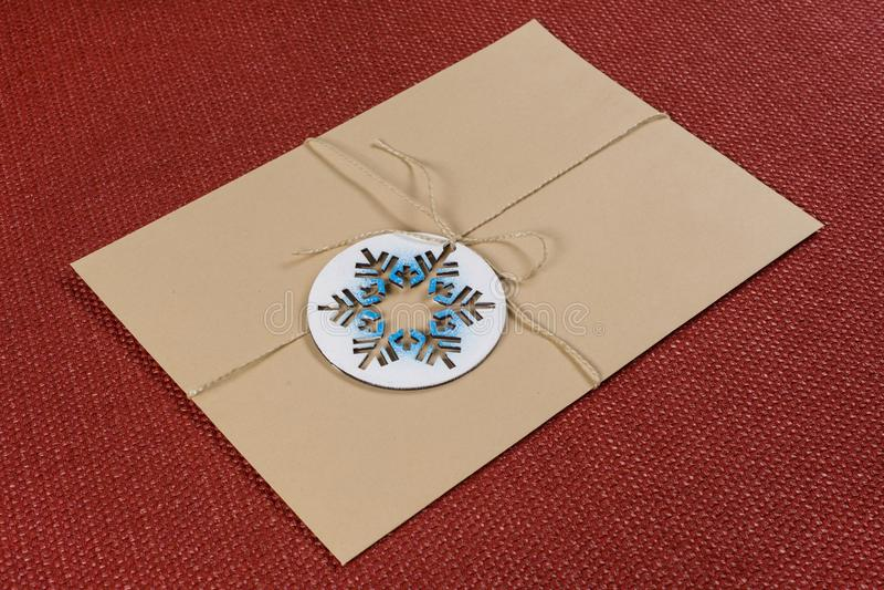 Δέμα, επιστολή, που συσκευάζεται σε έναν εκλεκτής ποιότητας φάκελο με συμβολικό snowflake Νέες διακοπές έτους και Χριστουγέννων στοκ φωτογραφίες με δικαίωμα ελεύθερης χρήσης