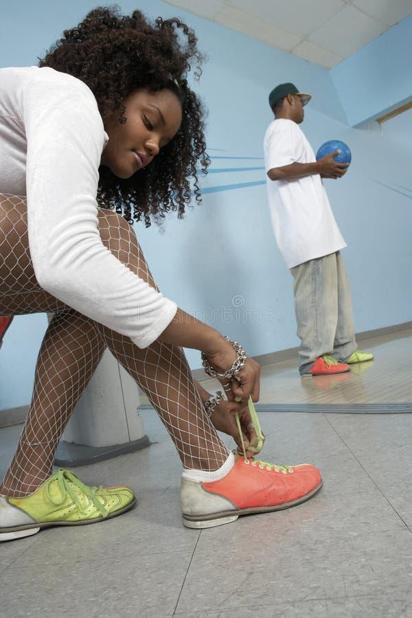 Δένοντας δαντέλλα παπουτσιών γυναικών στοκ εικόνες
