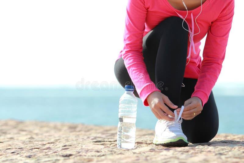 Δένοντας κορδόνια στην παραλία στοκ εικόνα με δικαίωμα ελεύθερης χρήσης