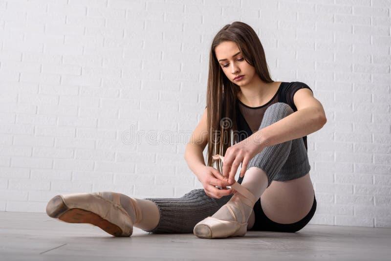 Δένοντας παπούτσια Ballerina στοκ εικόνες
