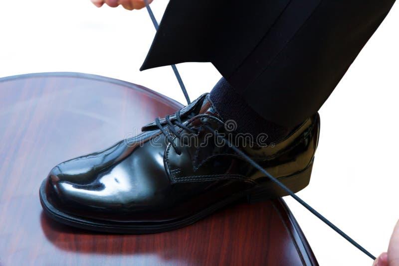Δένοντας παπούτσι φορεμάτων ατόμων στοκ φωτογραφίες με δικαίωμα ελεύθερης χρήσης