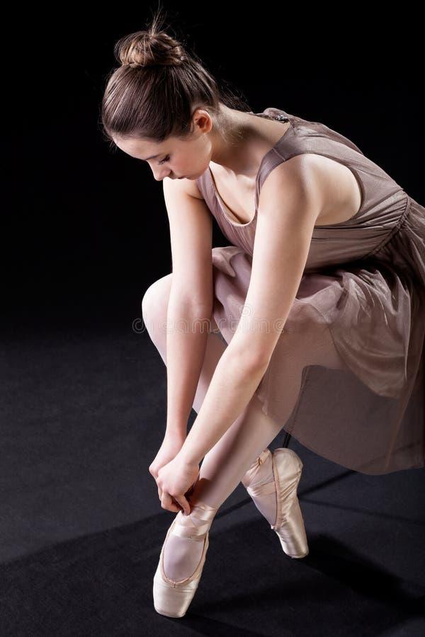 Δένοντας pointe παπούτσια στοκ φωτογραφίες με δικαίωμα ελεύθερης χρήσης