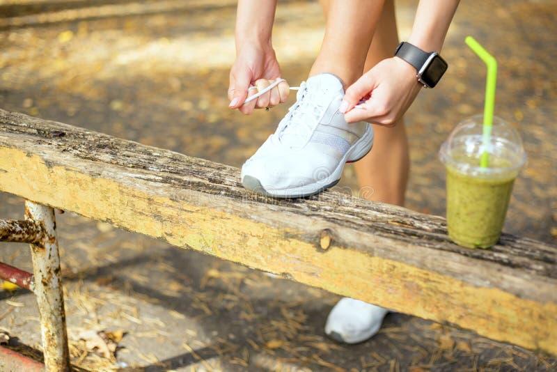 Δένοντας workout παπούτσια στοκ εικόνες με δικαίωμα ελεύθερης χρήσης