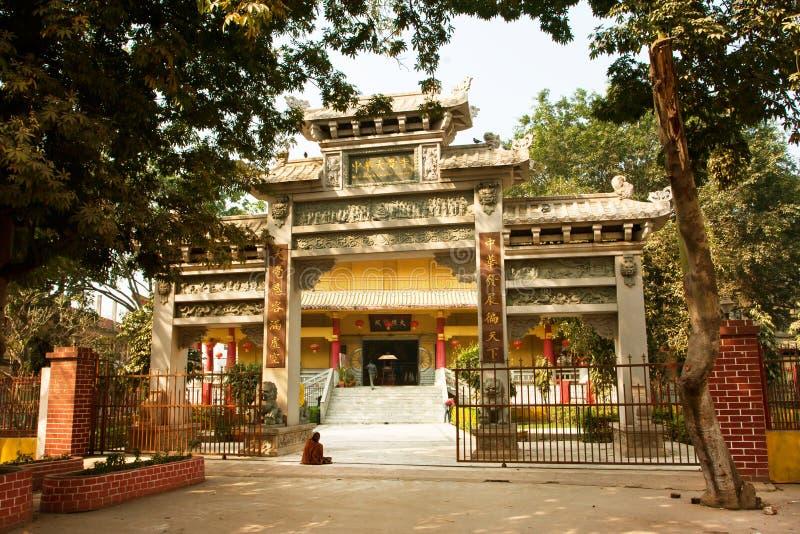 Δέντρα γύρω από το βουδιστικό ναό στο ανατολικό ύφος στοκ φωτογραφίες με δικαίωμα ελεύθερης χρήσης