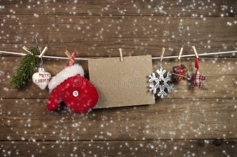 Δέντρα του FIR με τη Χαρούμενα Χριστούγεννα χιονιού και snowflakes στοκ φωτογραφία με δικαίωμα ελεύθερης χρήσης