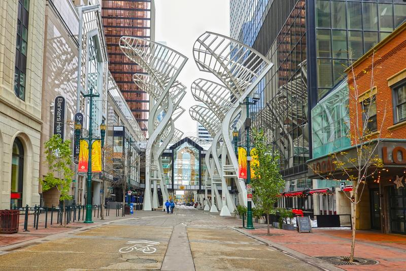 Δέντρα Galleria, τέχνη στο Κάλγκαρι, Καναδάς στοκ εικόνα με δικαίωμα ελεύθερης χρήσης