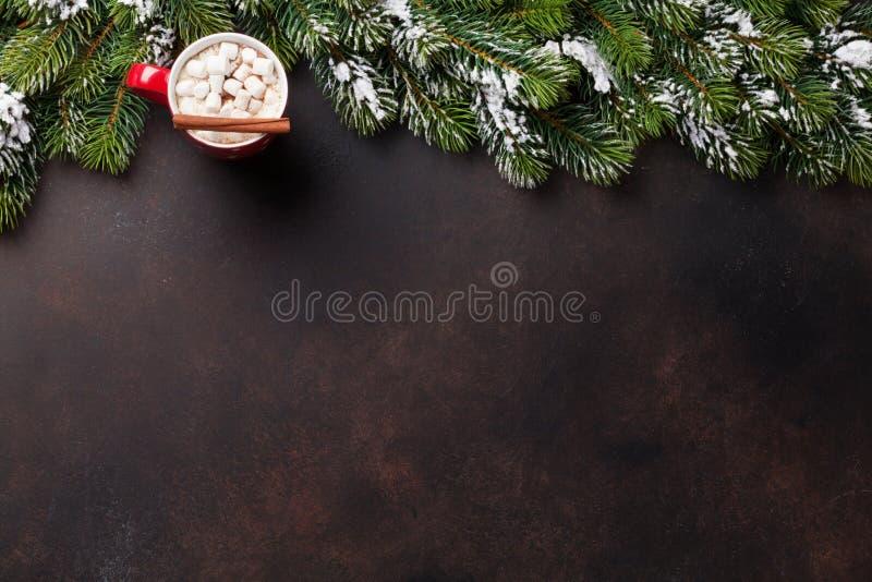 Δέντρο έλατου Χριστουγέννων, καυτά σοκολάτα και marshmallow στοκ εικόνες
