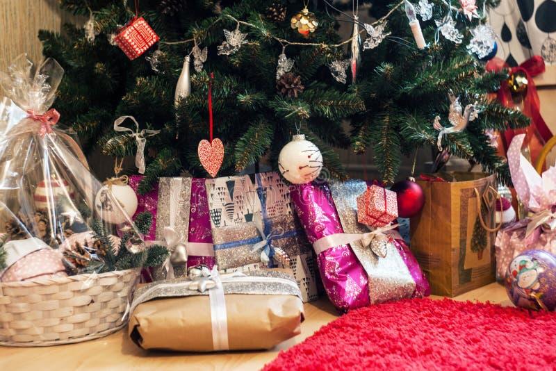 δέντρο δώρων Χριστουγέννων κάτω Νέες εγχώρια εσωτερικές Χαρούμενα Χριστούγεννα έτους και έννοια καλής χρονιάς στοκ εικόνα με δικαίωμα ελεύθερης χρήσης