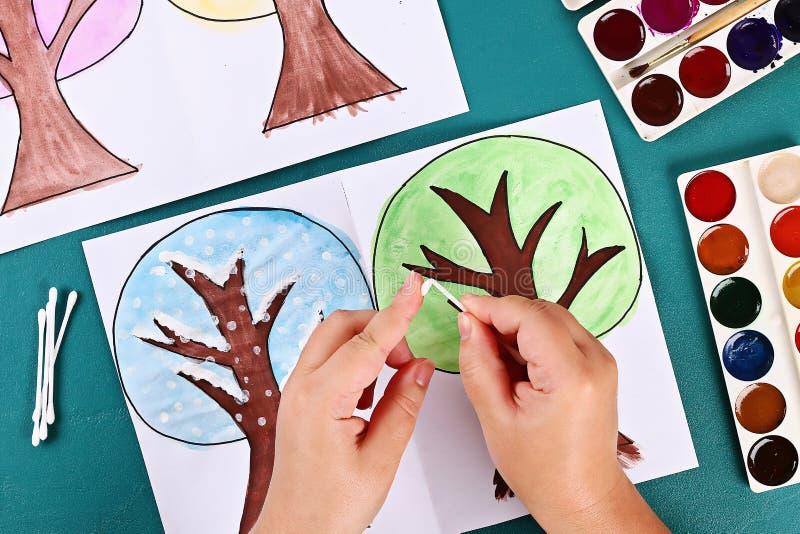 Δέντρο εγγράφου Diy καλοκαίρι τεσσάρων εποχών, φθινόπωρο, χειμώνας, άνοιξη Εποχή δέντρων 4 Δημιουργικότητα παιδιών στοκ φωτογραφία με δικαίωμα ελεύθερης χρήσης