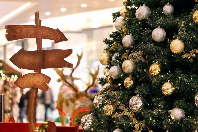 Δέντρο διακοσμήσεων Χριστουγέννων και θολωμένο στο φω'τα κλίμα στοκ φωτογραφία