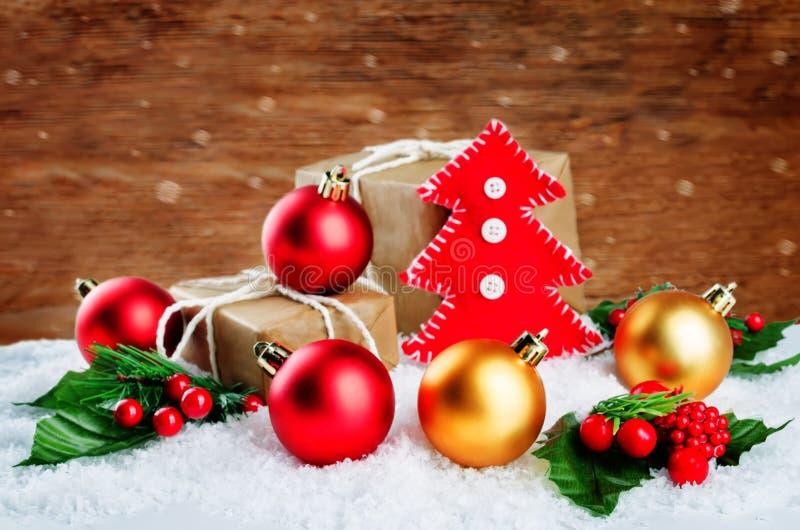 Δέντρο παιχνιδιών Χριστουγέννων με τα δώρα, χρωματισμένες σφαίρες σε ένα χιόνι backgroun στοκ εικόνα με δικαίωμα ελεύθερης χρήσης