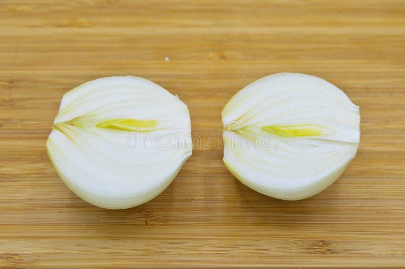 Δέρματα κρεμμυδιών που ξεφλουδίζονται άσπρων στοκ φωτογραφίες