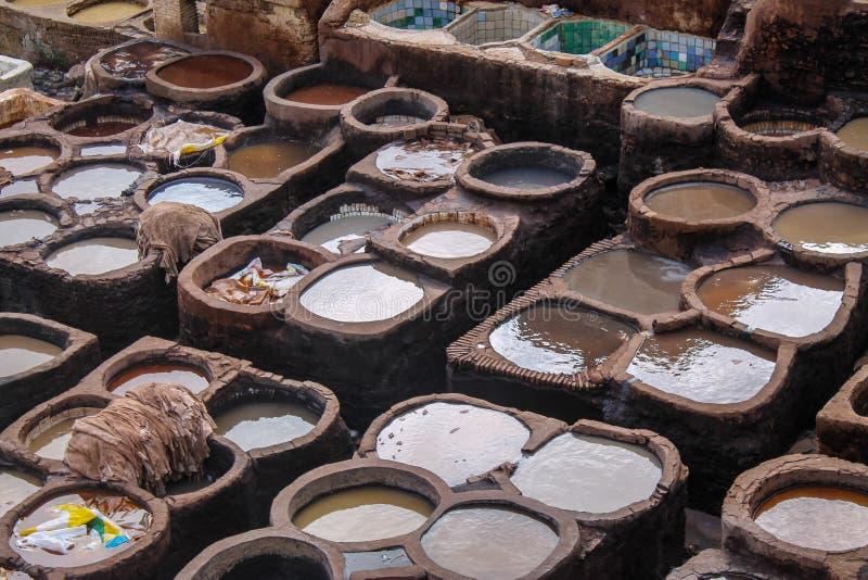 Δέρμα που πεθαίνει σε έναν παραδοσιακό φλοιό στην πόλη του Fez στοκ φωτογραφίες με δικαίωμα ελεύθερης χρήσης