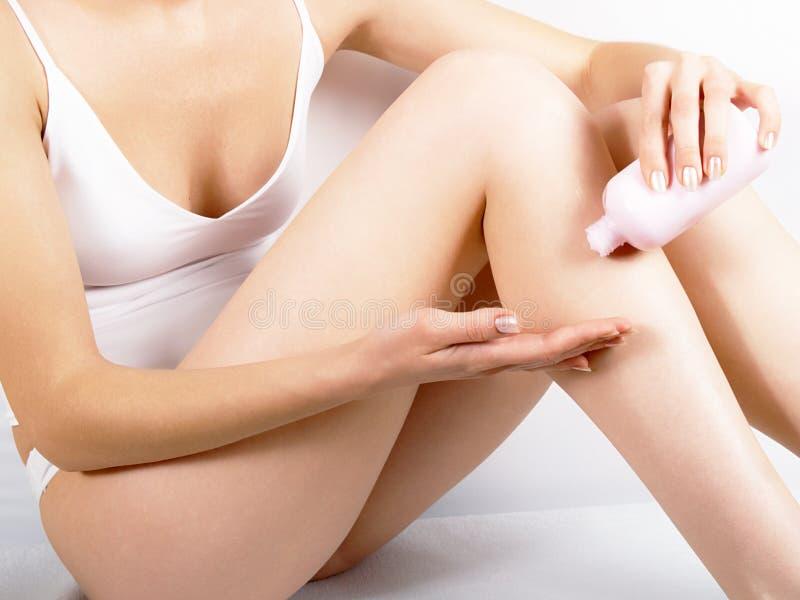 δέρμα τριψιμάτων χεριών κρέμα& στοκ φωτογραφίες με δικαίωμα ελεύθερης χρήσης