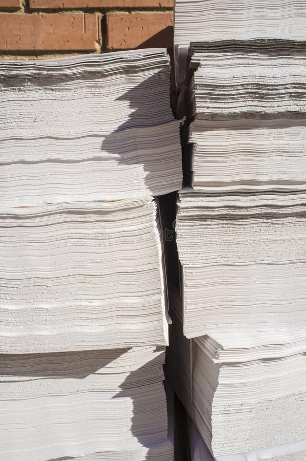 Δέσμες με τη διαφήμιση των φυλλάδιων στο πεζοδρόμιο στοκ φωτογραφία