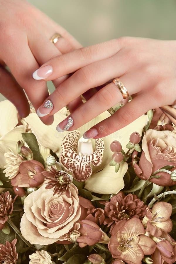 δέσμευση Χέρια μιας γυναίκας και ενός άνδρα με τα δαχτυλίδια αρραβώνων στοκ εικόνες