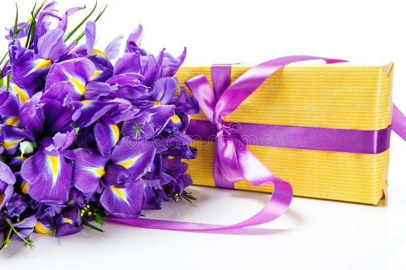 Δέσμη και δώρο λουλουδιών στοκ εικόνες