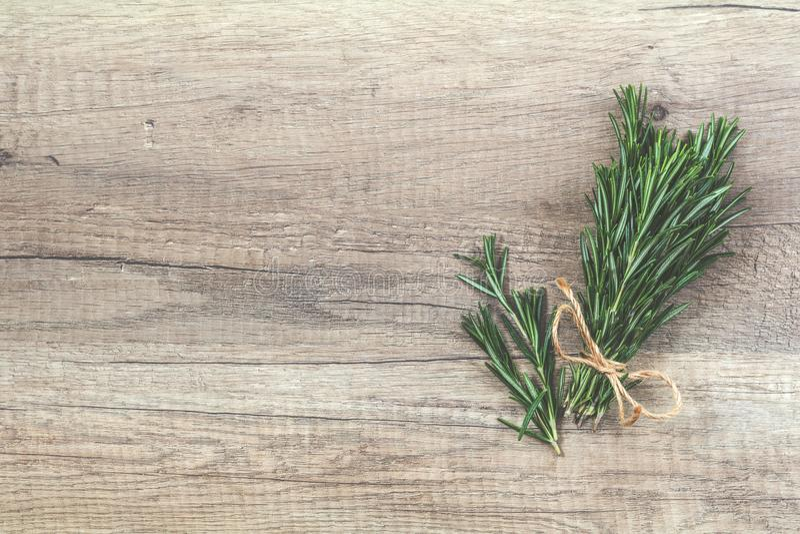 Δέσμη της Rosemary των ανθοδεσμών στην ελαφριά ξύλινη επιφάνεια Τοπ άποψη, ομο στοκ εικόνα με δικαίωμα ελεύθερης χρήσης