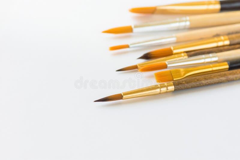 Δέσμη των διάφορων ειδών βουρτσών χρωμάτων στο άσπρο υπόβαθρο Διάστημα αντιγράφων για το εμπνευσμένο απόσπασμα κειμένων καλλιγραφ στοκ εικόνες