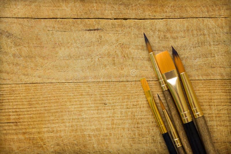 Δέσμη των διάφορων ειδών βουρτσών χρωμάτων στο ξύλινο υπόβαθρο Διάστημα αντιγράφων για το εμπνευσμένο απόσπασμα κειμένων καλλιγρα στοκ εικόνες με δικαίωμα ελεύθερης χρήσης