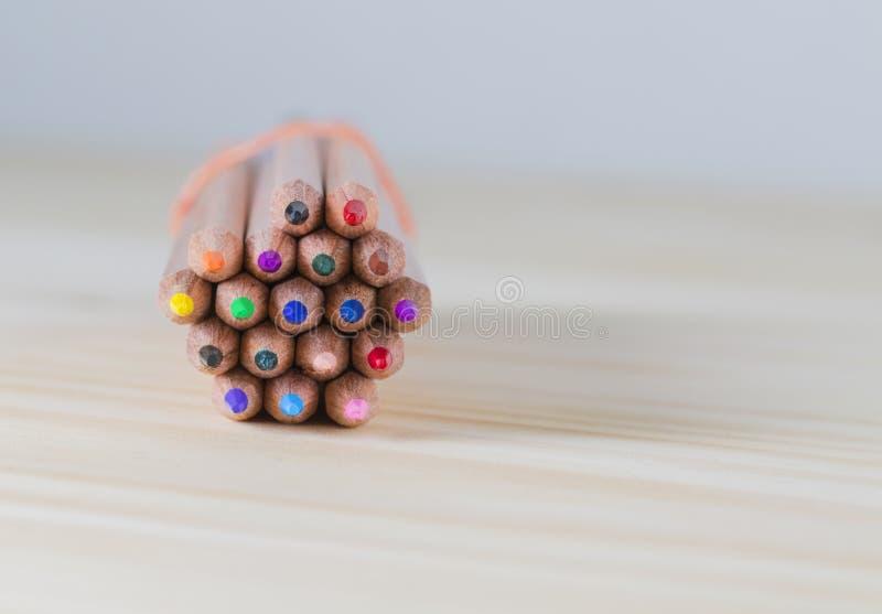 Δέσμη των μολυβιών σε έναν ξύλινο πίνακα στοκ εικόνες με δικαίωμα ελεύθερης χρήσης