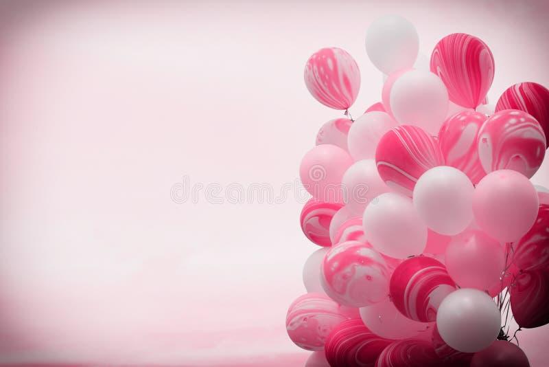 Δέσμη των φανταχτερών ρόδινων μπαλονιών χρώματος που επιπλέουν μακριά μέσα στον ουρανό με το εκλεκτής ποιότητας υπόβαθρο φίλτρων στοκ φωτογραφίες με δικαίωμα ελεύθερης χρήσης