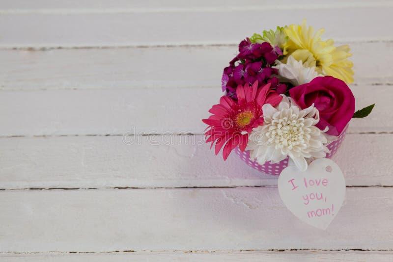 Δέσμη των φρέσκων λουλουδιών με mom σ' αγαπώ την κάρτα στοκ εικόνα