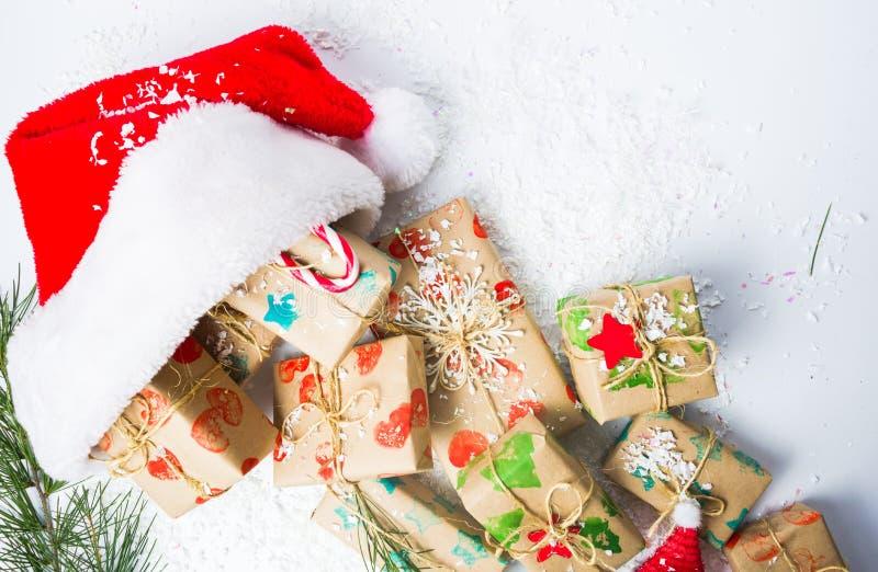 Δέσμη των χριστουγεννιάτικων δώρων και του καπέλου Santa στοκ εικόνες με δικαίωμα ελεύθερης χρήσης